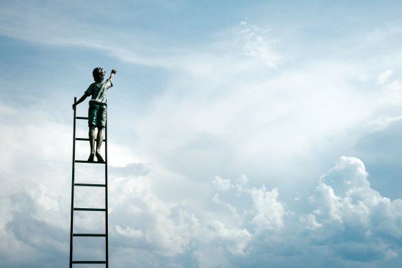 jongetje op de trap naar de wolken zijn dromen