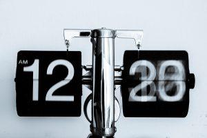 Onvoorwaardelijk oorzaak gevolg tijd klok god onwankelbaar