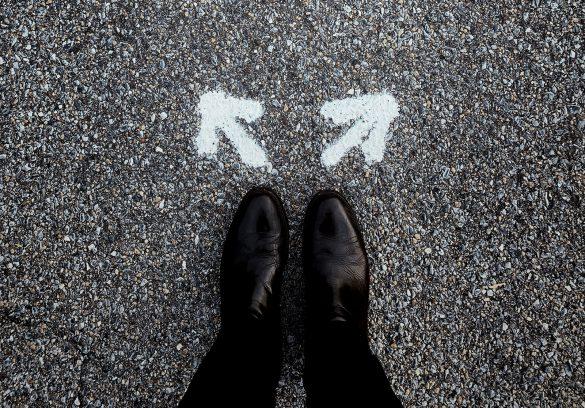 Afgeleid door de Geest leiden Heilige Geest weg pad bestemming luisteren invloed influencer leider leiding helper voeten met pijlen