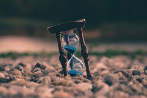 Afgeleid door de Geest leiden Heilige Geest weg pad bestemming luisteren invloed influencer leider leiding helper zandloper met tijd time out